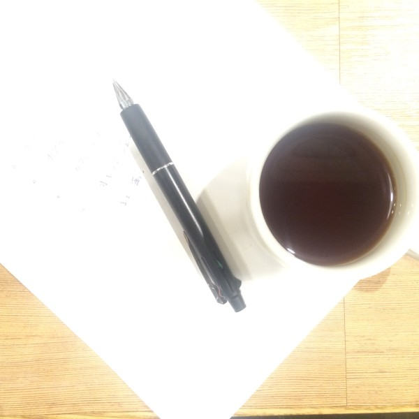 コーヒーカップとペン
